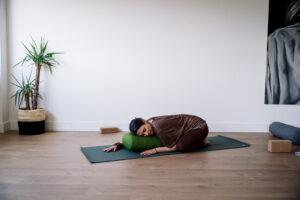 Posture de l'enfant yin yoga annegaelleguillot